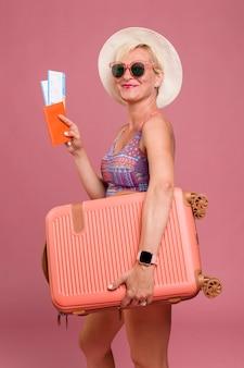 Retrato de mujer de edad media yendo de vacaciones de verano