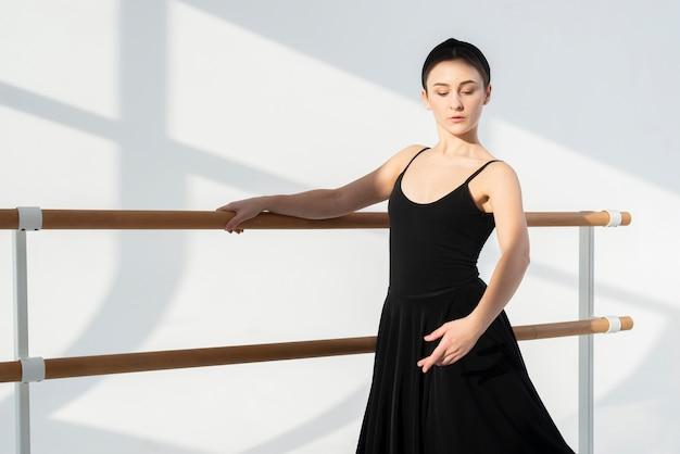 Retrato de mujer elegante bailando con gracia