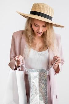 Retrato de mujer elegante comprobando compras