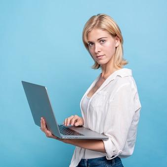 Retrato de mujer elegante con una computadora portátil