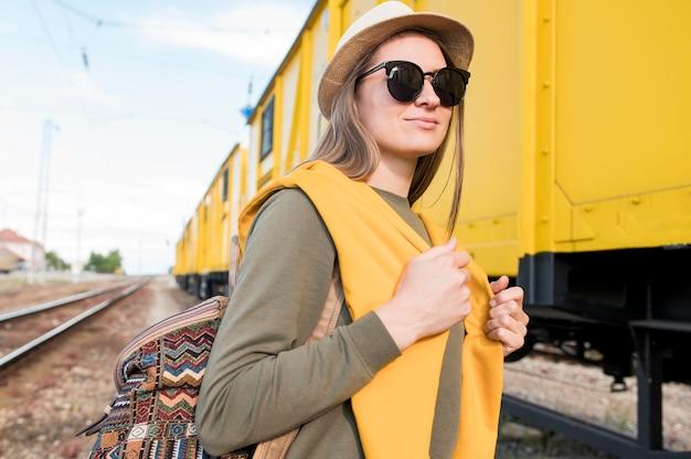 Retrato de mujer elegante con gafas de sol y sombrero