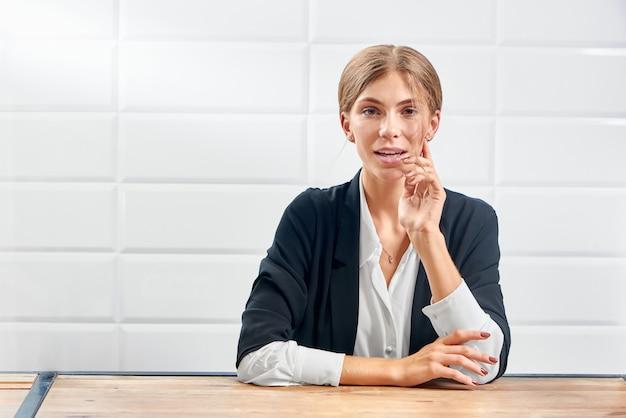 Retrato de mujer elegante mirando a cámara y posando después del procedimiento de belleza.