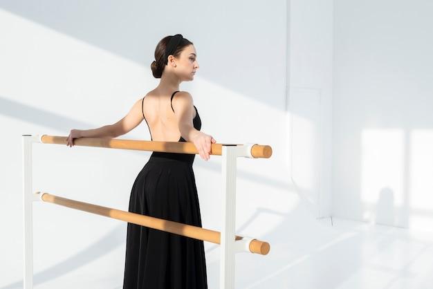 Retrato de mujer elegante posando con gracia