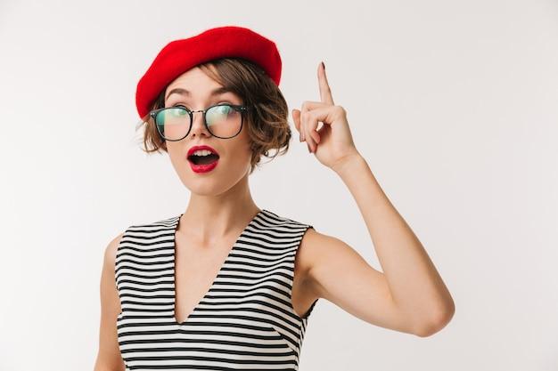 Retrato de una mujer emocionada con boina roja apuntando