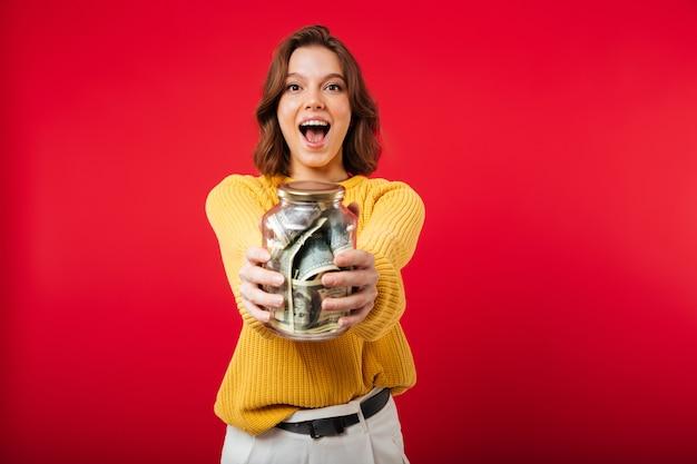 Retrato de una mujer emocionada mostrando tarro