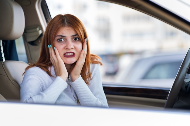 Retrato de mujer enojada conduciendo un automóvil