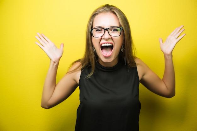 Retrato de una mujer enojada y estresada