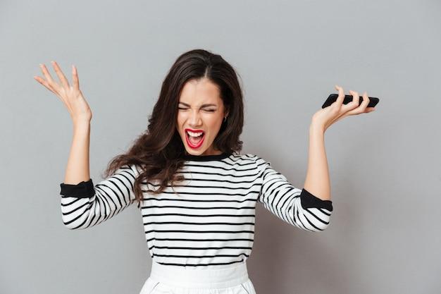 Retrato de una mujer enojada gritando