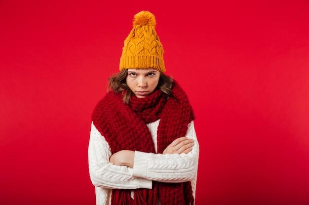 Retrato de una mujer enojada vestida con gorro de invierno
