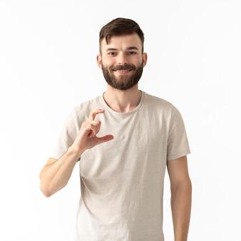 Retrato de mujer enseñando lenguaje de señas
