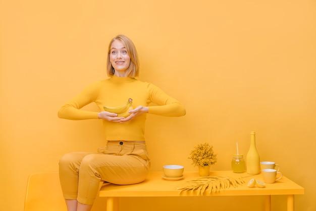 Retrato de mujer en un escenario amarillo