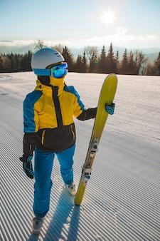 Retrato de mujer esquiador en las actividades invernales de la colina