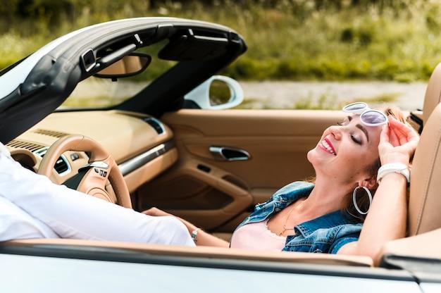 Retrato de mujer feliz en auto