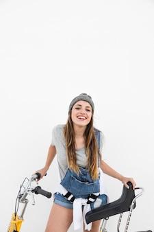 Retrato de una mujer feliz con bicicleta mirando a cámara