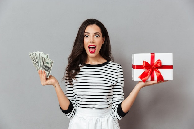 Retrato de una mujer feliz con caja de regalo