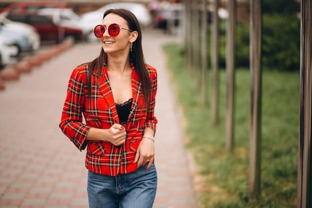Retrato de mujer feliz en chaqueta roja