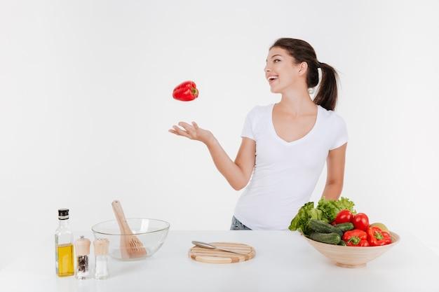 Retrato de mujer feliz cocinando con verduras