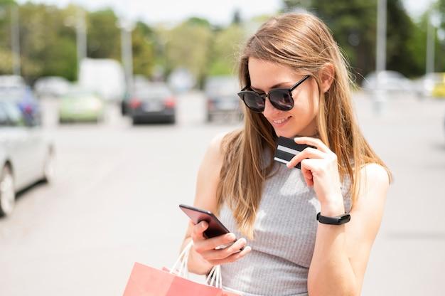 Retrato de mujer feliz de comprar en línea