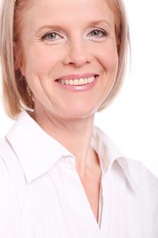 Retrato de mujer feliz envejecida sobre fondo blanco.