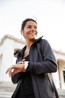 Retrato de una mujer feliz fitness