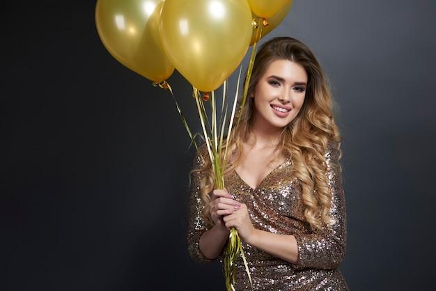 Retrato de mujer feliz con globos