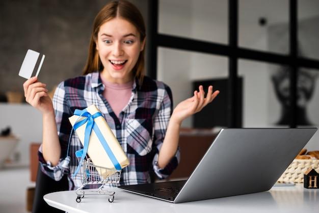 Retrato mujer feliz mirando mini regalo