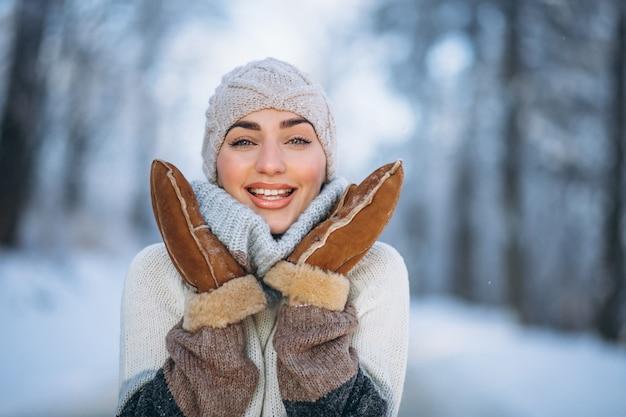 Retrato de mujer feliz en el parque de invierno