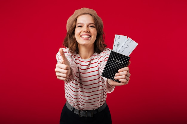 Retrato de una mujer feliz con pasaporte