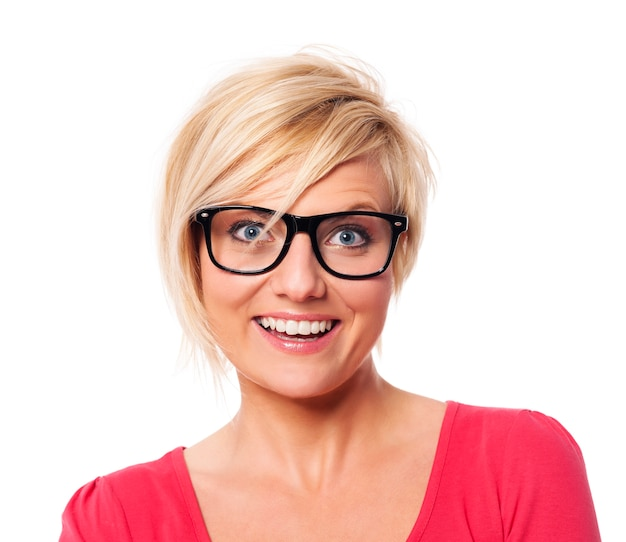 Retrato de mujer feliz con pelo rubio corto