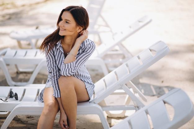 Retrato de una mujer feliz en la playa