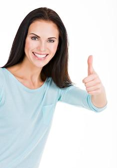Retrato de mujer feliz con pulgares arriba aislado en blanco