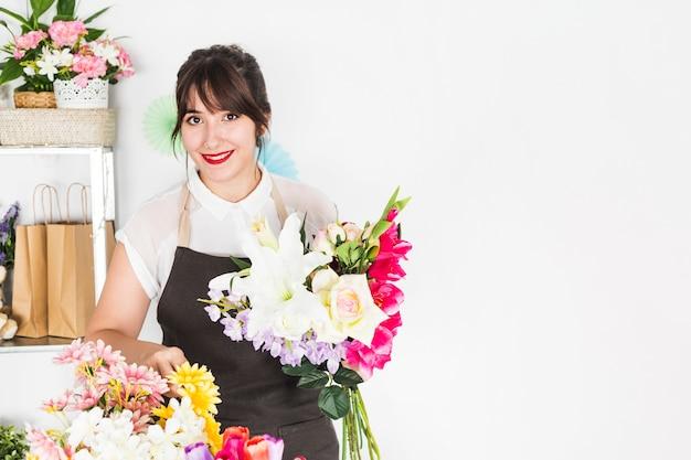 Retrato de una mujer feliz con ramo de flores