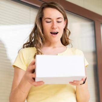 Retrato de mujer feliz de recibir la entrega