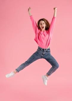 Retrato, mujer feliz, saltar