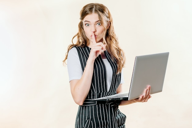 Retrato de mujer feliz sorprendida con laptop