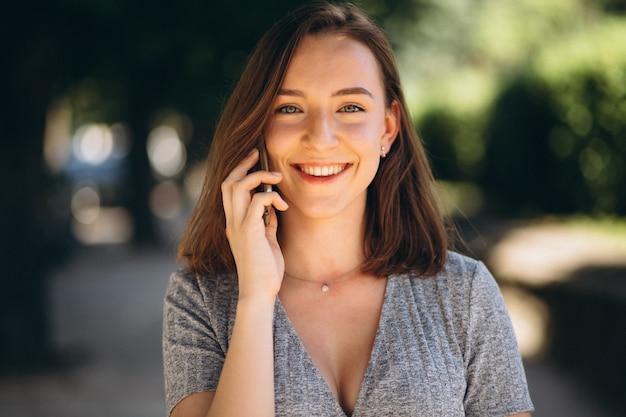 Retrato de una mujer feliz con teléfono