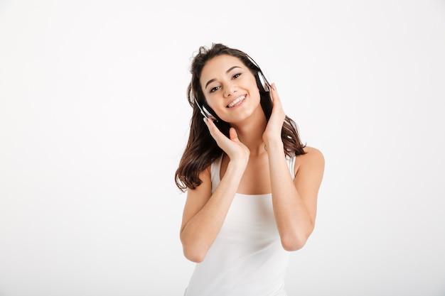Retrato de una mujer feliz vestida con una camiseta sin mangas