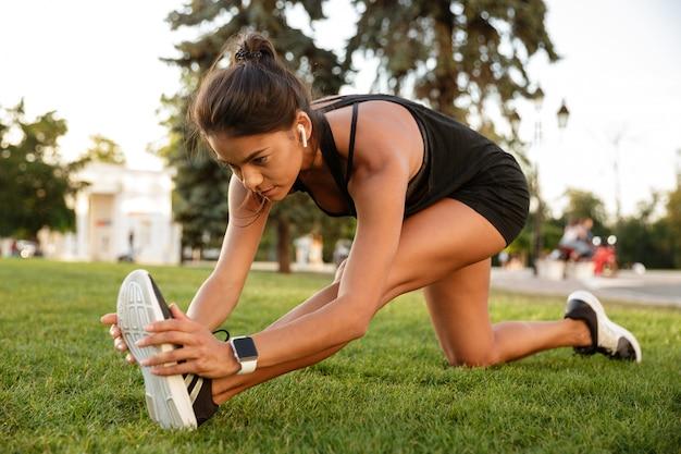 Retrato de una mujer fitness en auriculares