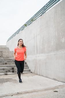 Retrato de mujer fitness corriendo.