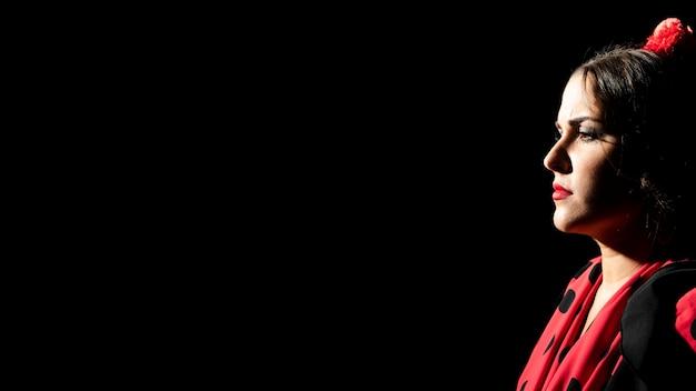 Retrato de mujer flamenca con espacio de copia
