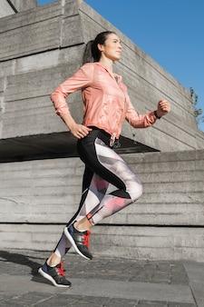 Retrato de mujer en forma corriendo al aire libre