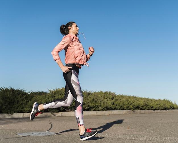 Retrato de mujer en forma trotar al aire libre