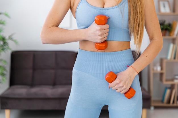 Retrato mujer formación en casa con pesas