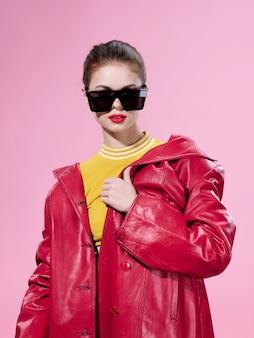 Retrato de mujer en gafas brillantes inusuales, emociones de sorpresa y felicidad