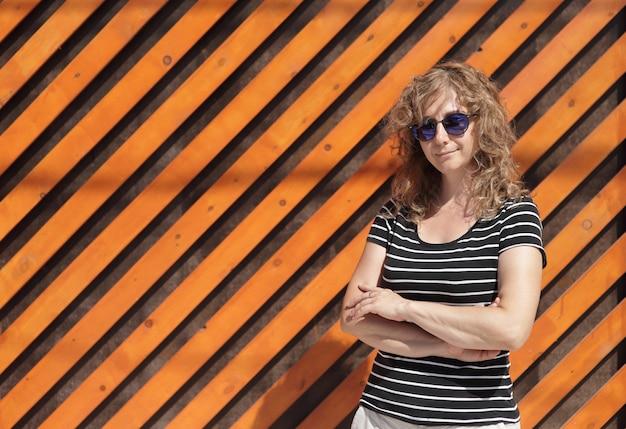 Retrato de mujer con gafas de sol