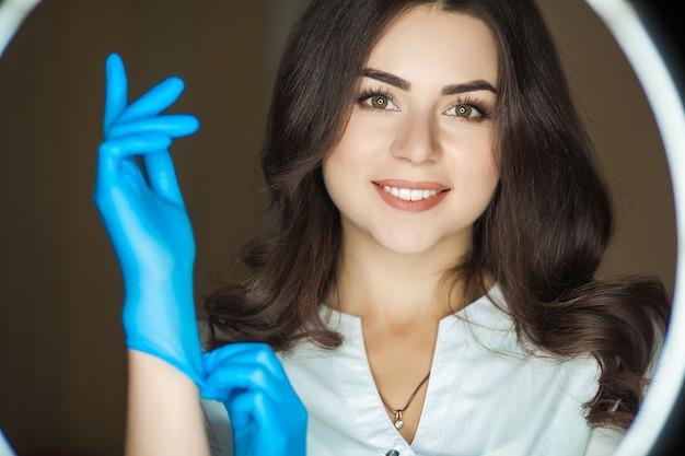 Retrato de mujer con guantes de goma y máscara