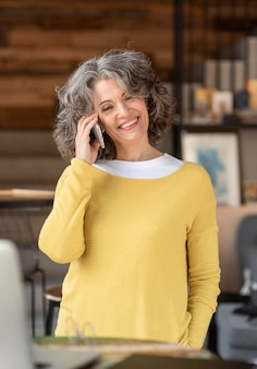 Retrato mujer hablando por móvil