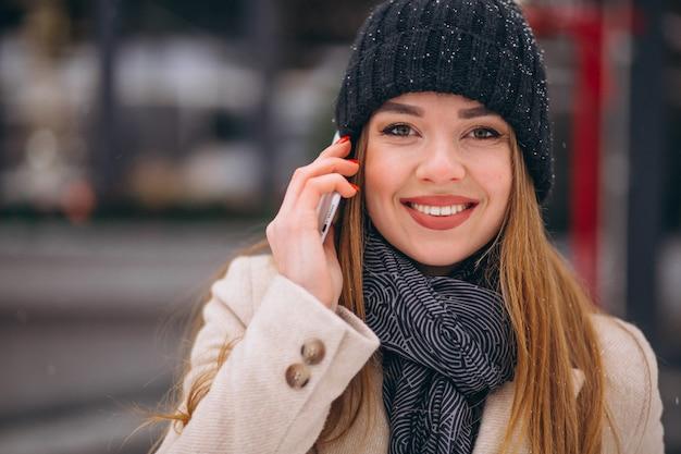 Retrato de mujer hablando por teléfono en la calle