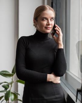 Retrato mujer hablando en el teléfono