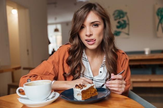 Retrato de una mujer hambrienta comiendo
